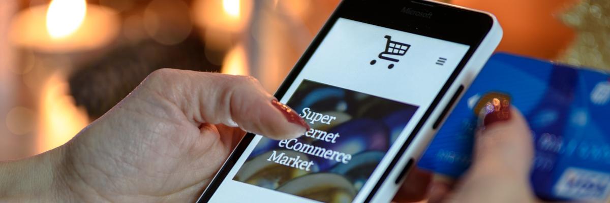 imagen de un ecommerce en el móvil para aumentar la tasa de conversión