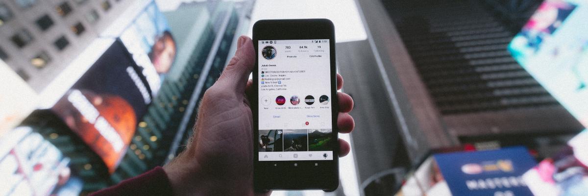 imagen de un teléfono planteando una estrategia de instagram