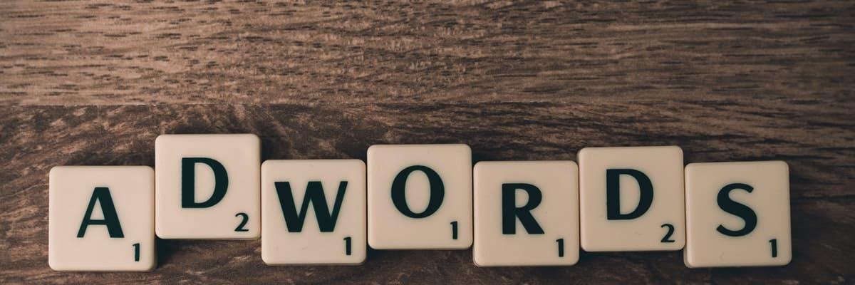 imagen de piezas de juego de mesa que forman la palabra adwords y la concordancia de palabras clave