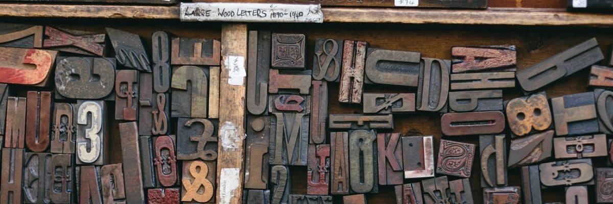 imagen de una gran cantidad de letras de imprenta desordenadas que hace referencia a la curación de contenidos