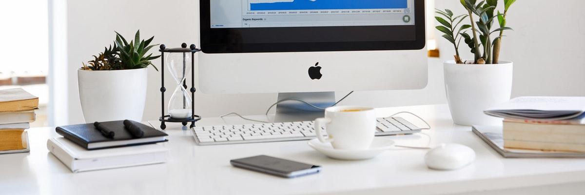 imagen de un ordenador de escritorio con un gráfico que hace referencia a resultados de campañas de branding o conversión