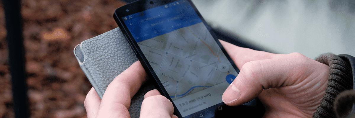 imagen de un mapa de google maps en el móvil en una estrategia de marketing de geolocalización